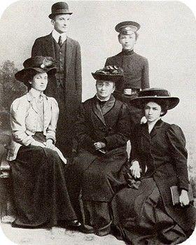 Семья Анны Ахматовой (Горенко) . Братья Андрей и Виктор.Анна (слева) с мамой и сестрой Ией