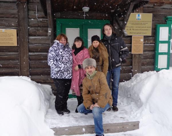 Юлия Савичева у входа в  музей