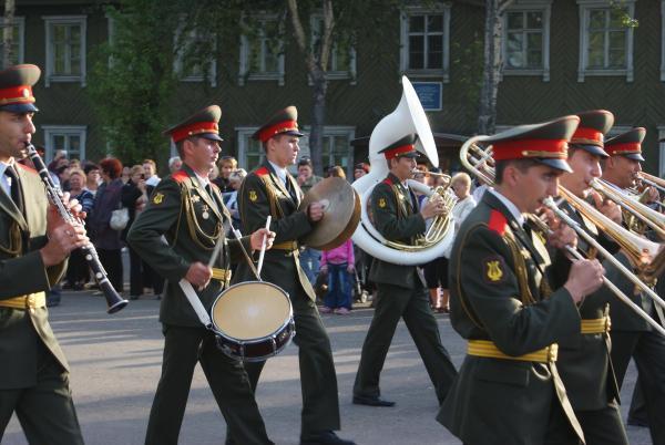 С духовым оркестром на  площади им. 15 мая