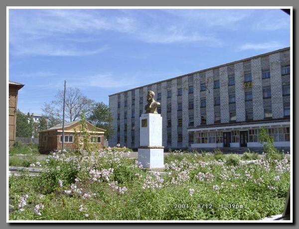 """Сквер им. А.П. Чехова. На заднем плане гостиница """"Три брата"""""""