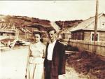 Супруги Емцовы на фоне строящегося Тымовского переулка.
